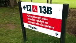 Parkeren bij het hoofdgebouw (P13B): uitsluitend voor aangemelde bezoekers